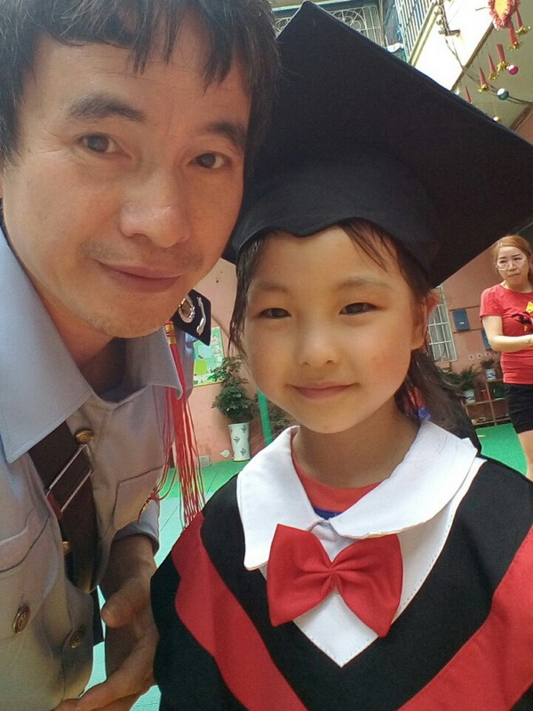 宝贝太阳岛幼儿园毕业照之一,与爸合影
