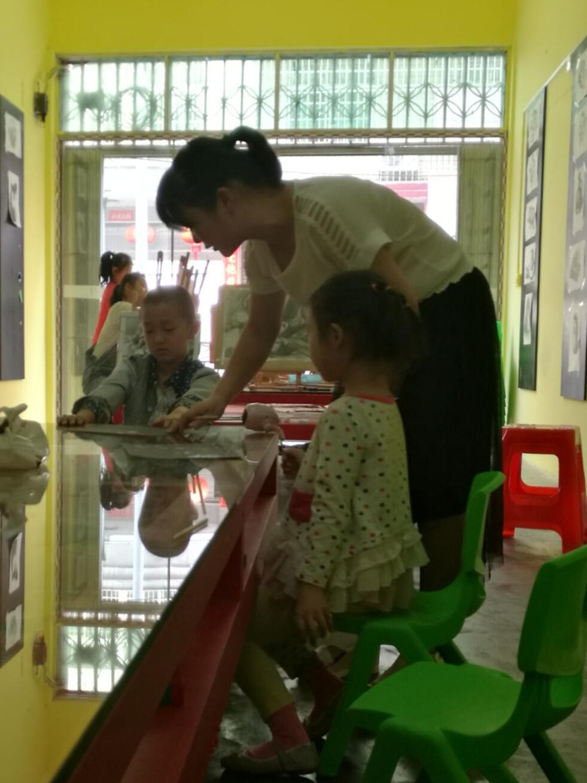 图四、宝贝在边看边听老师讲解