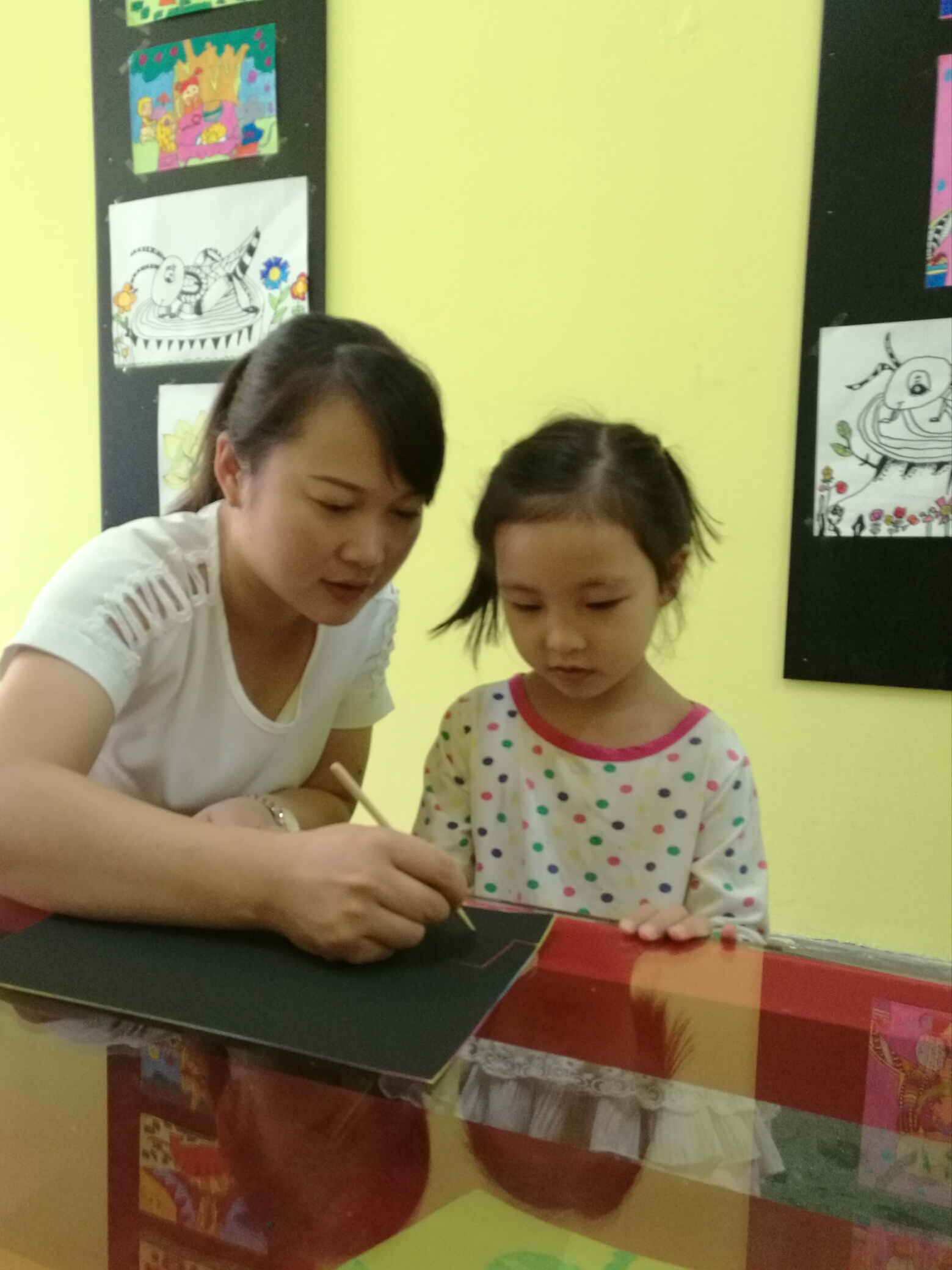 图五、宝贝在看老师是怎么开始入笔画的